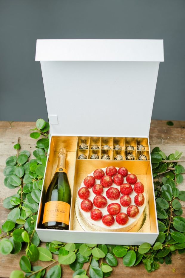 Luxe Naked Wine Gift Set w_ Strawberries _n Cream Cake.JPG